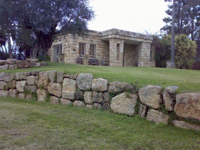 חומה מעוצבת נמוכה בשילוב חרבה כורכר
