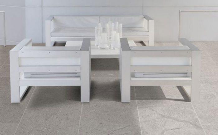 חיפוי רצפה בשיש אפור בפינת ישיבה