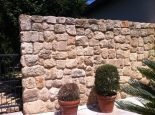 חומה מעוצבת בשילוב חרבה כורכר