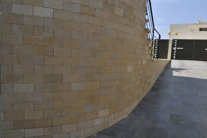 חיפוי חומה וגישה לחניון באבן גלילית