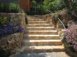 מדרגות חוץ בשילוב חרבה כורכר
