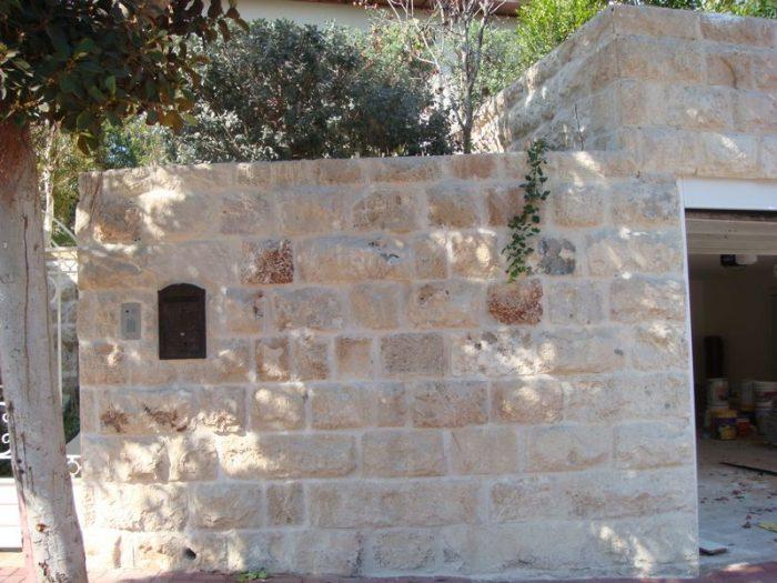 קיר חיצוני מחופה באבן טבעית