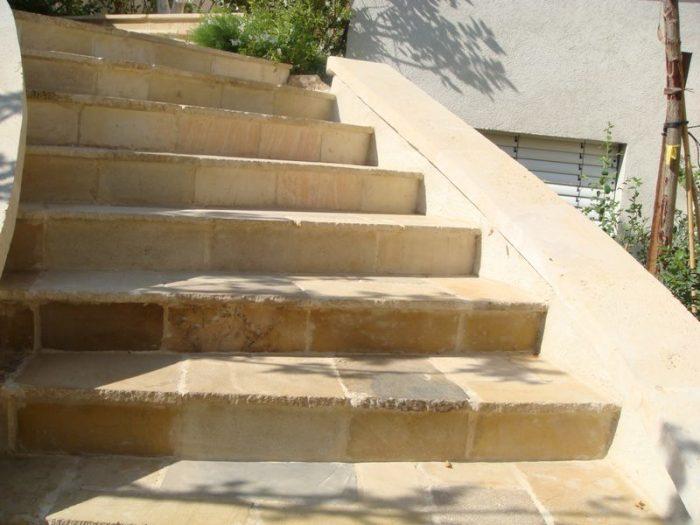 ריצוף מדרגות באבן טבעית