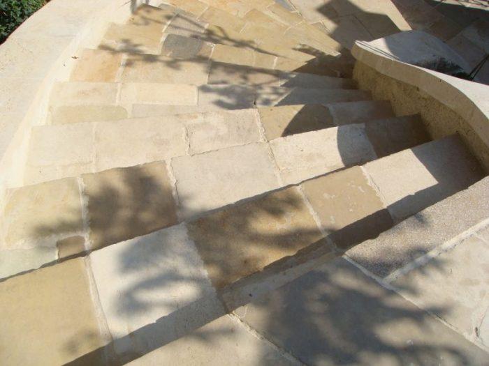 ריצוף חצר ומדרגות באבן טבעית