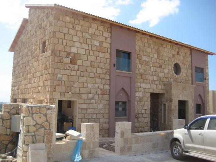 חיפוי קירות חוץ באבן טבעית בקיבוץ ראש הנקרה