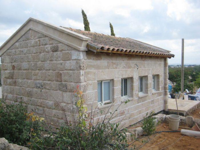 חיפוי קירות חוץ של בית פרטי באבן כורכר טבעית